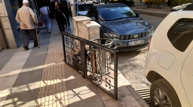Elazığ'da hırsızlar fena faka bastı: Çaldıkları kapıyı, polisi görünce bırakıp kaçmaya çalıştılar
