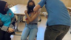 Tomarza'da lise öğrencileri korona virüs aşısı oldu
